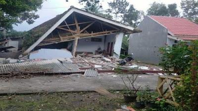 Gempa Jawa Timur 8 tewas 39 luka-luka dan ribuan rumah rusak EMQX1fPP5e gempa Jawa Timur: 8 tewas, 39 luka-luka dan ribuan rumah rusak