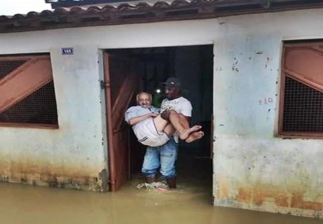 Uma chuva forte que caiu no início da tarde deste sábado (04.01) em Várzea Nova, deixou várias ruas da cidade alagadas.