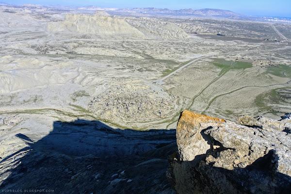 Внизу видно скопление камней, на которых есть наскальная живопись каменного века
