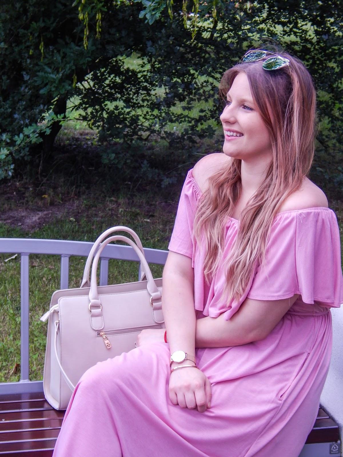 9 długa sukienka maxi hiszpanka wakacyjna stylizacja sandały z pomponami kolorowymi stylizacja ze złotą biżuterią lookbook ootd modna polka