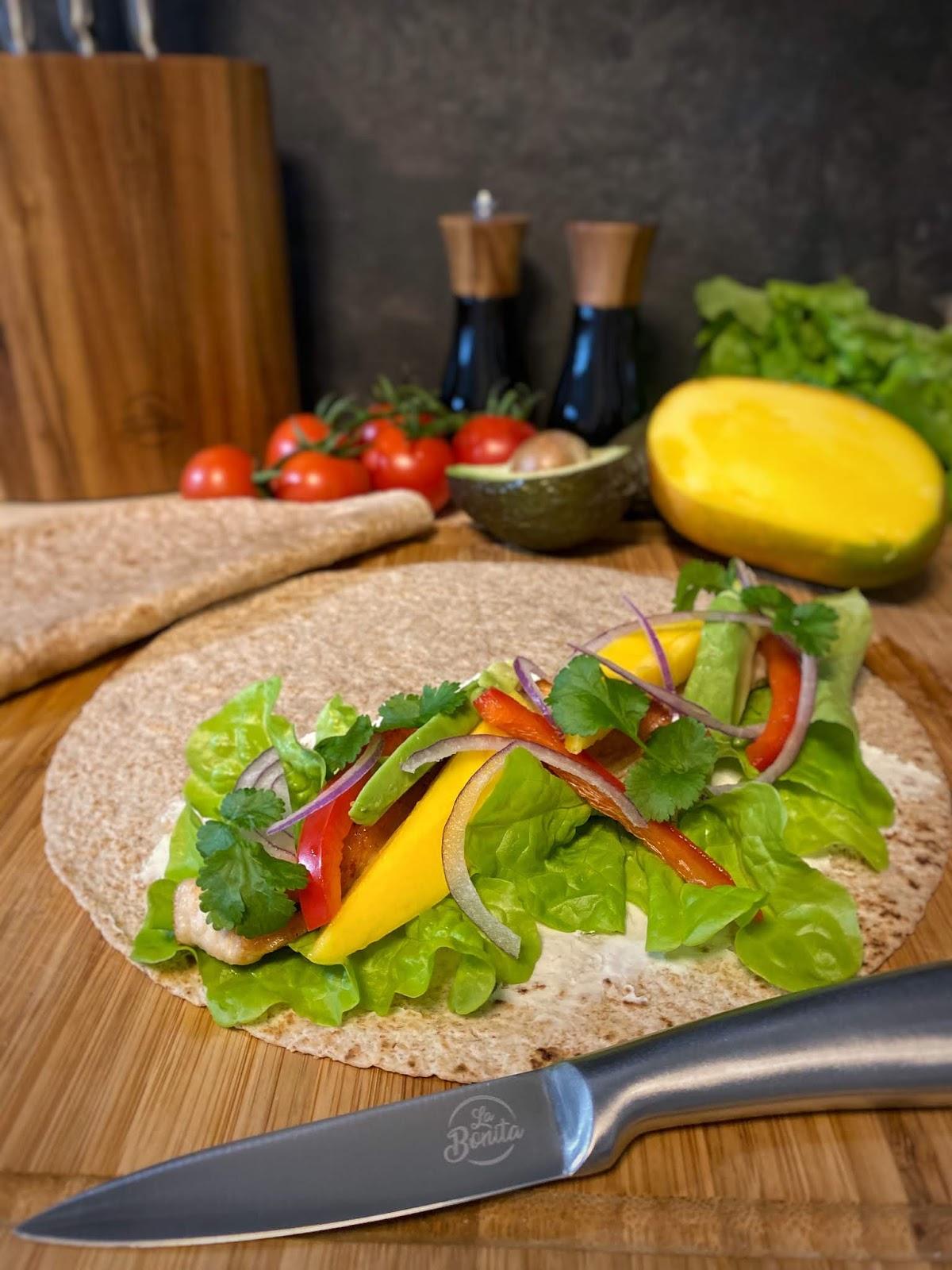 Tortilla z indykiem, awokado i mango