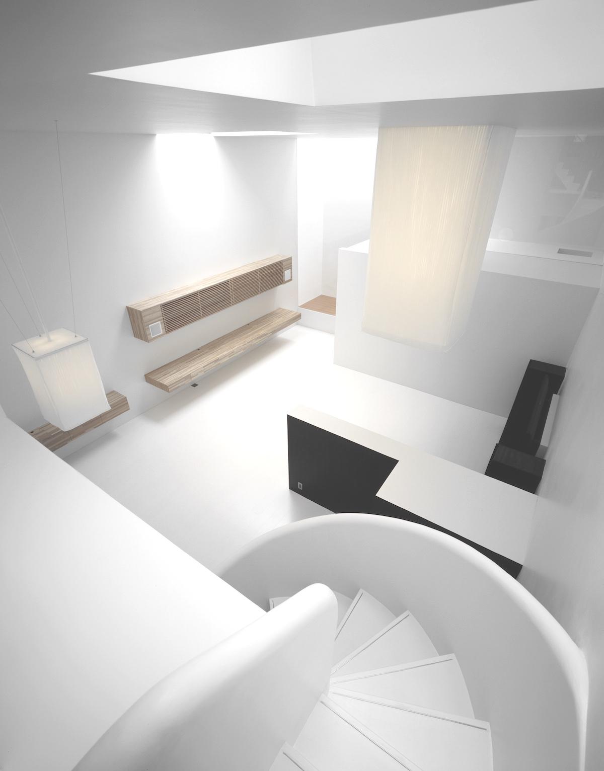 La luz natural juega armoniosamente con las sombras creando algunos tonos de gris en los elementos arquitectónicos