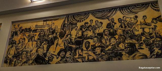 painel homenageia jazistas no Aeroporto Internacional Louis Armstrong, em Nova Orleans