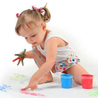 Ребёнок рисует пальцами