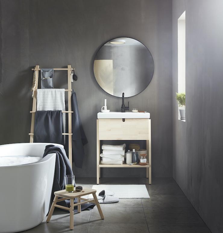 Novedades catálogo IKEA 2021 en baños: baño con mueble pequeño y gran bañera exenta.