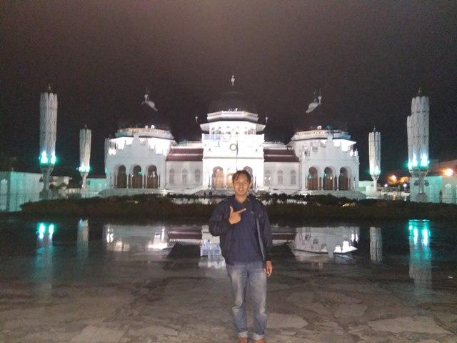 Berfoto di halaman Masjid Raya Banda Aceh usai Menunaikan Ibadah