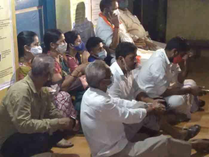 BJP leader K Surendran protests against last minute voter turnout in Manjeshwar, Kasaragod, News, Protesters, K Surendran, BJP, Assembly-Election-2021, Kerala