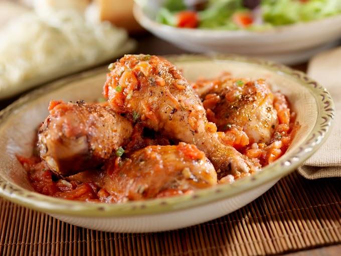 Omlós, szaftos csirkecomb paprikaszósszal sütve: színes, finom nyári fogás