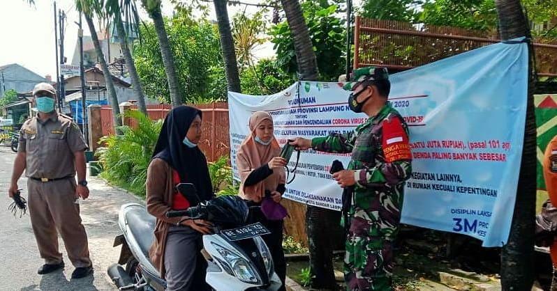 Gugus Tugas Penanganan Covid-19 Kota Bandar Lampung, melaksanakan patroli penegakan disiplin Protokol Kesehatan dan berbagi masker gratis kepada warga masyarakat