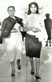 Elvira Salomòn Alvarado, mi abuela y Dina Cacho Salomòn, mi madre.