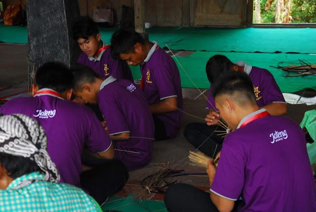 Pelatihan Kewirausahaan Pembuatan Anyaman Bambu - The Pikas
