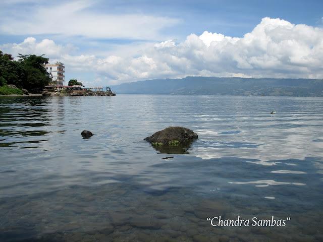 Danau Toba dari Pantai Garoga