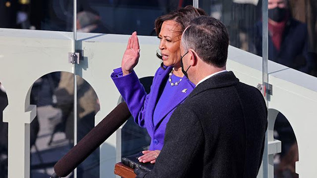 Kamala Harris Dilantik Sebagai Wakil Presiden AS Dengan Dua Alkitab