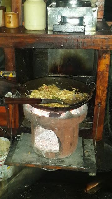 Nasi goreng khas Jogja sedang dimasak