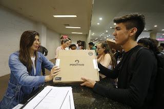12 mil estudantes da rede estadual recebem notebook como prêmio por bom desempenho acadêmico