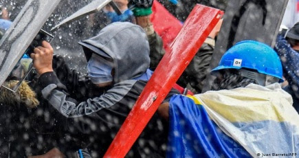 "Colombia: reportan presencia de paramilitares ""para atemorizar"" a protestas"