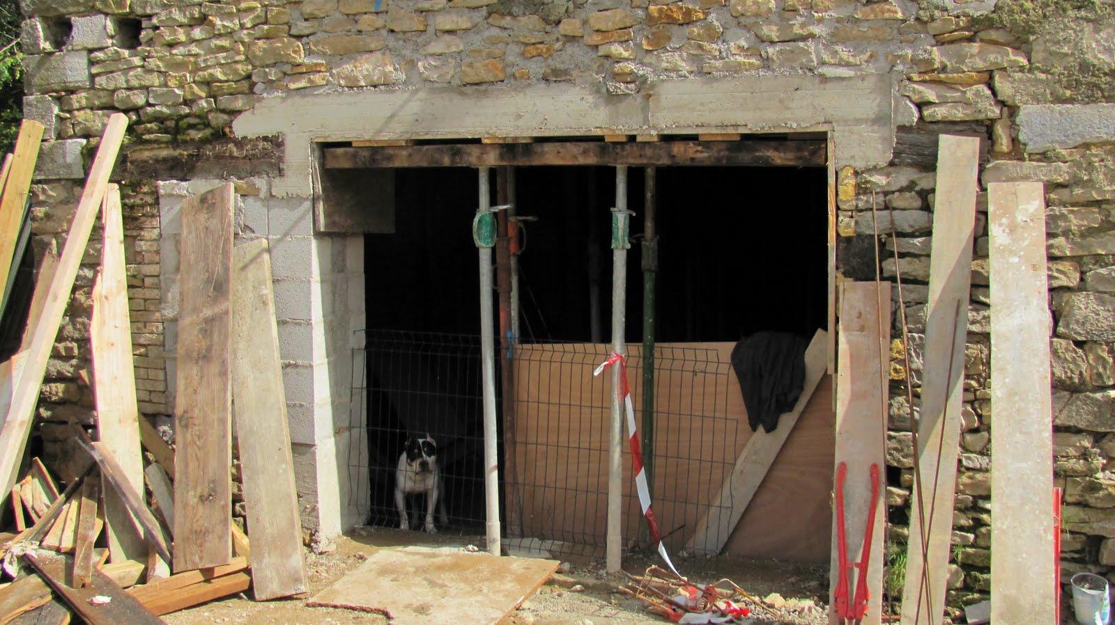 ma onnerie r novation d 39 une ferme ouverture d 39 une porte de garage dans un mur porteur en pierre. Black Bedroom Furniture Sets. Home Design Ideas