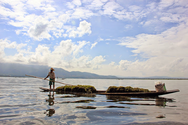 Barcos navegando por el lago Inle