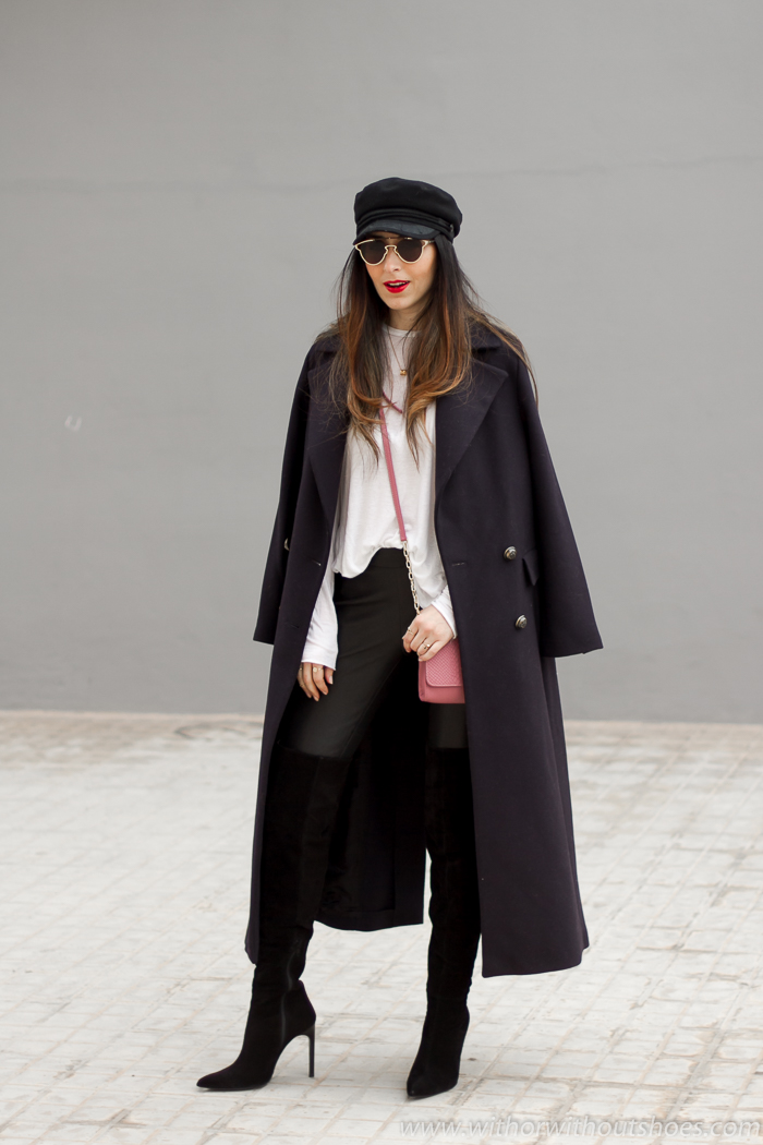 Blogger influencer valenciana con ideas de estilismo combinando pantalones de piel botas altas y abrigo largo