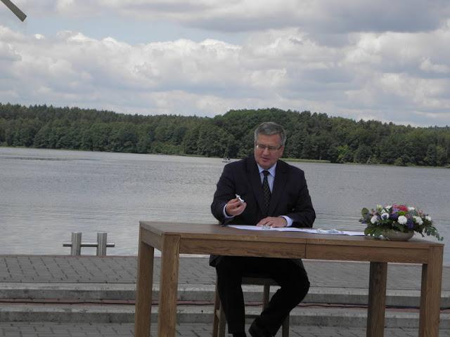 Prezydent Bronisław Komorowski podpisuje ustawę nad jeziorem
