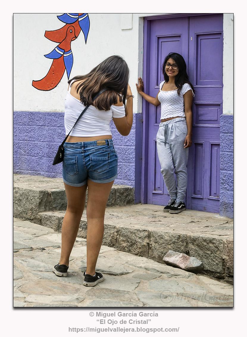 Antioquía, Perú.- La Fotógrafa y su Modelo.