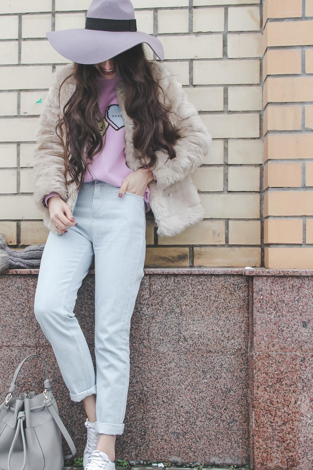 fashion blogger diyorasnotes pastel tone white sneakers faux fur oversized hat pink jumper asos zara bag