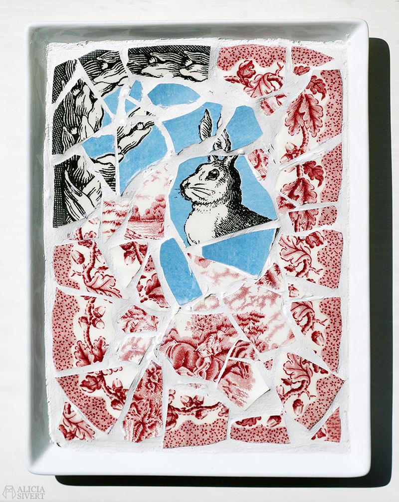 aliciasivert alicia sivert sivertsson monthly makers mosaik mosaic återbruk remake diy do it yourself gör det själv skapa skapande kreativitet utmaning bloggutmaning hantverk keramik porslin återanvända återanvändning loppisfynd loppis begagnat krossat krossad keramikskärvor skärvor skärva kakelfog kakellim kakel fog lim fat tallrik kanin plate bunny rabbit