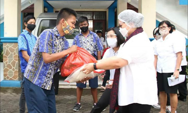 Peringati 1 Tahun Kepergian Ayah Tercinta, Ibu Rita Tamuntuan Serahkan Bantuan ke Panti Asuhan dan YPAC