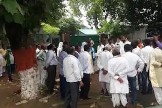 लालू-राबड़ी आवास के बाहर टिकट की मांग कर रहे RJD कार्यकर्ताओं पर बत्ती बुझाकर लाठीचार्ज