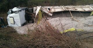 Motorista tenta desviar de buracos e tomba carreta na PB-293 em Paulista-PB