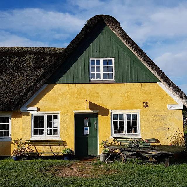Urlaub auf Fanø mit Kindern: 12 Ausflugstipps für das wunderschöne Sønderho. Die bunt gestrichenen Häuser mit Reetdach sind äußerst sehenswert!