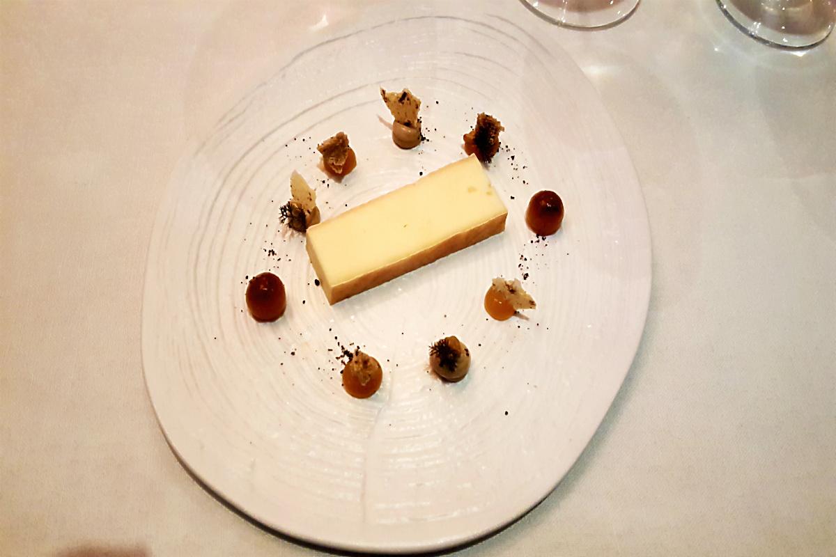 Käse aus dem Münstertal, Kümmel in Texturen im Menü Flora von Nils Henkel, Burg Schwarzenstein | Arthurs Tochter kocht. von Astrid Paul
