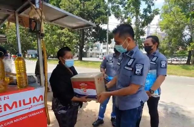 Satresnarkoba Polresta Barelang Bagikan Paket Sembako Kepada Masyarakat dan Pedagang Yang Terdampak PPKM Darurat