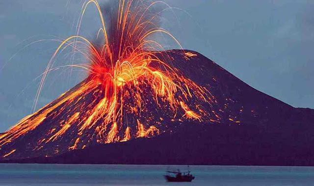 Gunung Api Krakatau di Indonesia