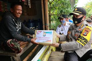 Kunjungi 3 Kecamatan Di Wajo,Irwasda Polda Sulsel Salurkan 500 Paket Sembako dan 500 Lembar Sarung Bantuan Kapolda Bagi Korban Banjir