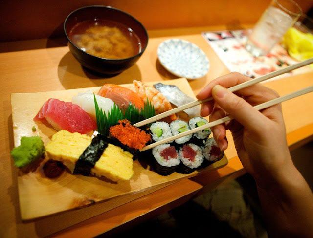 makan sushi