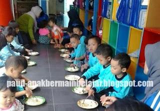 lazimnya  ada acara makan bareng  yang ditangani pada hari CARA MENGATUR POLA MAKAN DAN KEBUTUHAN GIZI ANAK USIA DINI