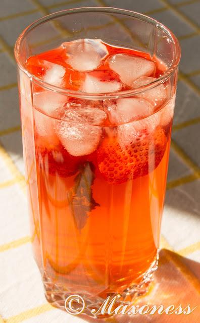 Лимонад с мятой и клубникой