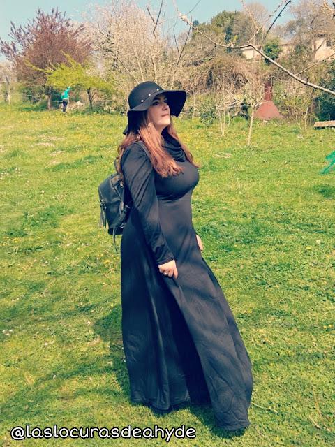 vestido maxi negro con cuello capucha