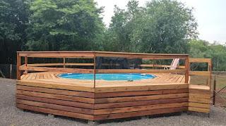 Piscina de plástico con deck de madera