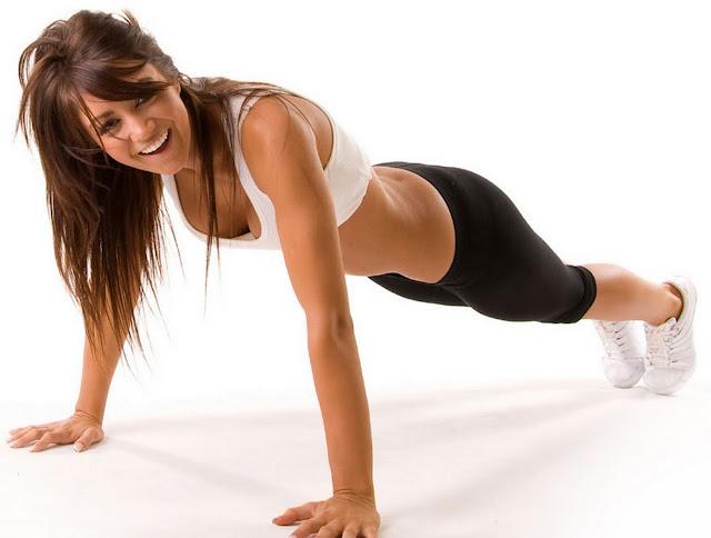 musculation-a-domicile-methode-poids-de-corps-haltere-femme-sexy-position-pompes-gainage