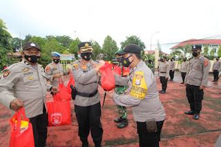 Kapolres Sinjai Serahkan 4000 Paket Bantuan Dari Polri Untuk Masyarakat Terdampak Covid-19