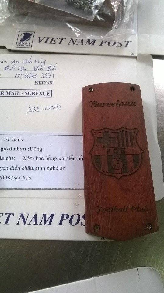 vỏ gỗ 1280 khắc logo clb Barcelona.
