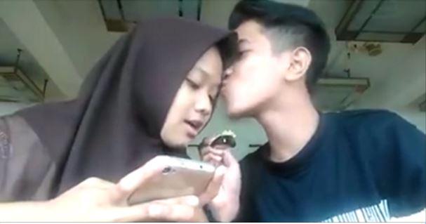 Video Budak Bawah Umur Cium GF Dikenakan Tindakan Disiplin di Perhimpunan Pagi Tadi. Lihat Foto Didalam
