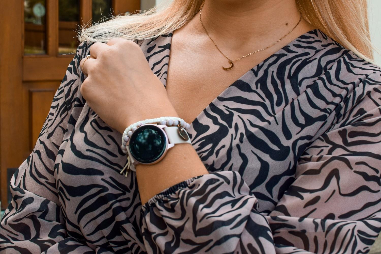 Smartwatch na różowym pasku