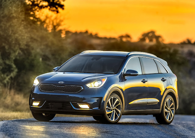 Front 3/4 view of the 2017 Kia Niro Touring