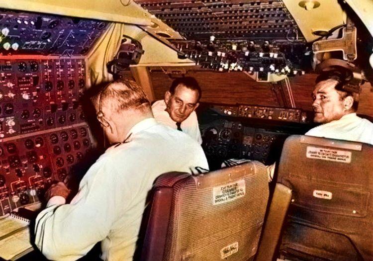Eski uçak kabini bir sürü düğme ve butonlarla dolu ufak bir alandan ibaretti.