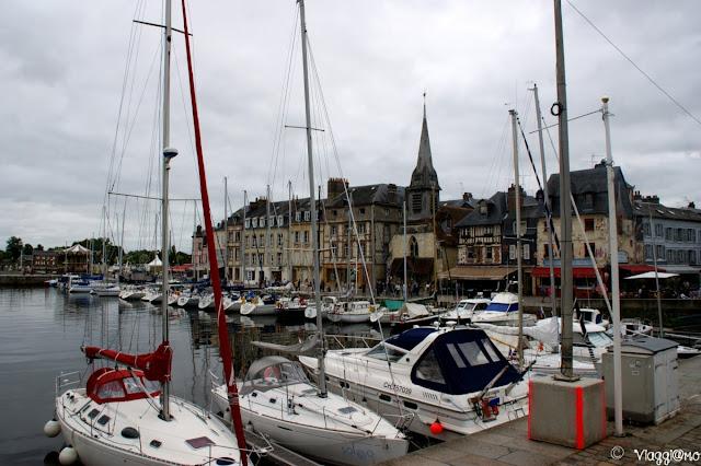 Il Vieux Bassin di Honfleur e le barche ormeggiate