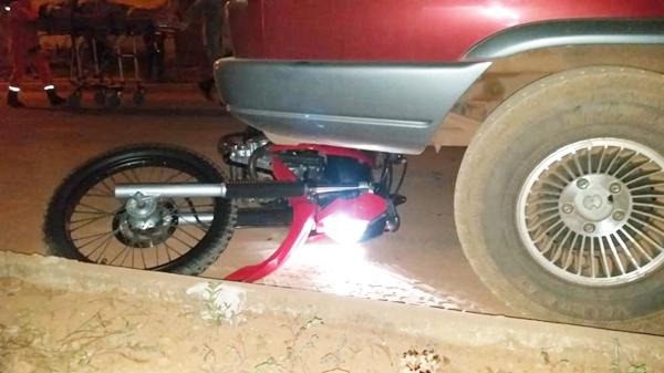 Motociclista atinge bicicleta, sofre queda e morre no local; moto foi parar embaixo de picape