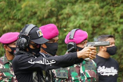 Keren! Ustadz Abdul Somad Latihan Menembak di Markas Marinir AL